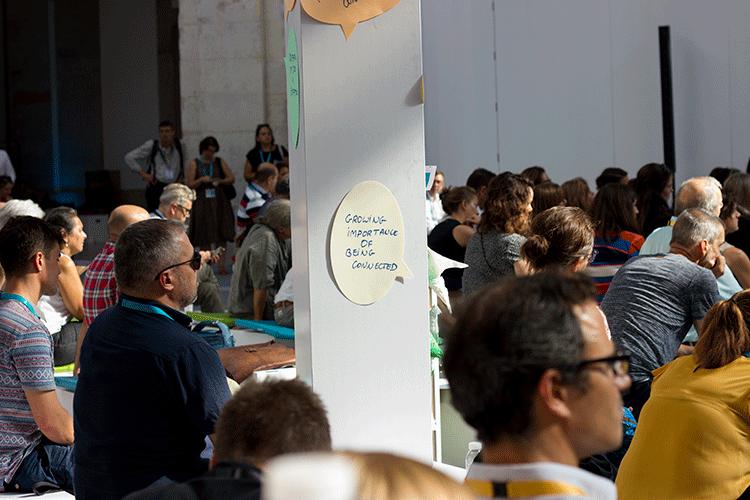 """Urbact City Festival Lisboa. Nas paredes e pilares do Pátio da Galé, mensagens escritas durante os dois dias do festival. Neste caso, pode ler-se: """"A importância crescente de estar ligado"""".©Frederico Raposo"""