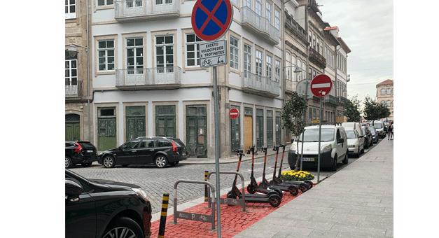 Trotinetas chegaram a Braga e a cidade retirou 25 lugares de estacionamento automóvel para as acomodar