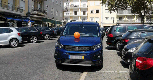 CIRC distribui balões por carros mal-estacionados em Lisboa