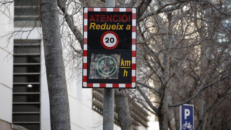 Barcelona elimina estacionamento e reduz velocidades para aumentar segurança nas escolas
