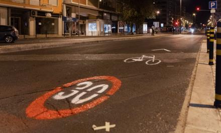 """Na madrugada do Dia Mundial da Bicicleta, grupo de utilizadores pinta ciclovia """"pop-up"""" em Lisboa"""